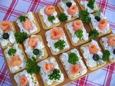 Krakersy z serkiem i wędzonym łososiem Party Snacks, Appetizers For Party, Appetizer Recipes, Raw Food Recipes, Snack Recipes, Yummy Snacks, Healthy Snacks, Party Food Platters, Appetisers