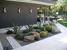 Affordable low maintenance front yard landscaping ideas (22)