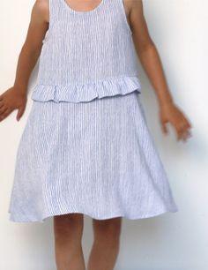 Robe Petite Lune réalisée dans un tissu léger rayé bleu et blanc, vue de face
