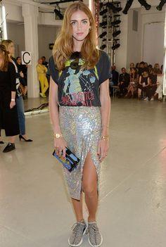 Se inspire no estilo da blogueira italiana Chiara Ferragni na hora de montar seu look com camiseta para balada.