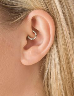 I want my daith piercing so badly. This piercing helps prevents migraines so it would help me so much. This piercing is basically acupuncture and that's why it gives migraine relief. Piercing Implant, Innenohr Piercing, Rook Piercing Jewelry, Rook Earring, Helix Jewelry, Tragus Jewelry, Cute Ear Piercings, Tattoo Und Piercing, Helix Earrings