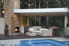 aménagement terrasse avec une piscine avec mur en verre