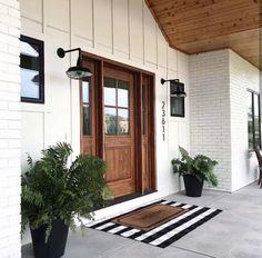 Farmhouse Front Porches, Modern Farmhouse Exterior, Modern Farmhouse Style, Farmhouse Plans, Rustic Farmhouse, Modern Porch, Farmhouse Lighting, Farmhouse Interior, Farmhouse Outdoor Decor