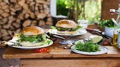 Burger mit Rucola auf einem Tisch.