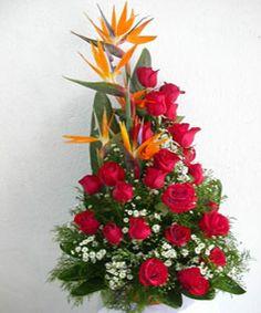 Arreglos florales Unique Flower Arrangements, Unique Flowers, Amazing Flowers, Red Flowers, Send Flowers Online, Church Flowers, Christmas Decorations, Holiday Decor, Flower Delivery