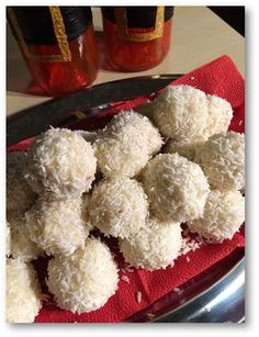 """Raffaello golyók - klasszikusok gluténmentesen A klasszikus Raffaello golyó glutén- és laktózmentes változatát készítette el Vica. Kicsit tömény édesség, de a karácsonyi asztal dísze lehet, hiszen amellett, hogy a nagy ebédek és vacsorák után a tipikus """"pont elég"""" édesség, még jól is mutat."""