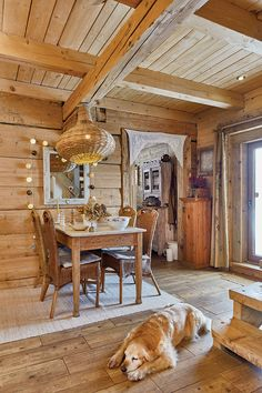 Decor rustic într-o cabană din lemn din Munții Bieszczady, Polonia | Jurnal de Design Interior Decor Rustic, Dining Rooms, Dining Table, Design Interior, Shabby Chic, Retro, Beautiful, Home Decor, Poland