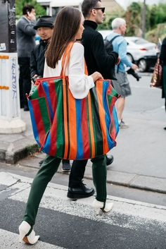 One more time, Balenciaga giant tote, when fashion goes mad.