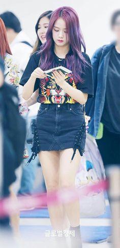 jisoo (blackpink) with purple hair Kim Jennie, Jenny Kim, Blackpink Fashion, Korean Fashion, Fashion Outfits, Blackpink Jisoo, South Korean Girls, Korean Girl Groups, Moda Kpop