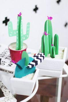 Que tal ter uma planta que você nunca mais vai precisar se preocupar em regar?! Olha esta ideia de #decoração com plantas de papel?! E o #cactos dá um charme para o ambiente! #DIY #façavocêmesmo #decoração #design #madeiramadeira