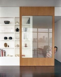 Schuifdeur tussen keuken en speelkamer. Grootte van deur is een optie zodat er een grotere opening tussen beide ruimtes is. Eventueel zou een dergelijke schuifdeur ook weggewerkt kunnen worden in een muur.
