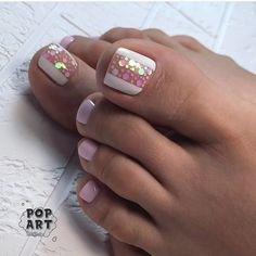 The advantage of the gel is that it allows you to enjoy your French manicure for a long time. There are four different ways to make a French manicure on gel nails. Pink Toe Nails, Pretty Toe Nails, Toe Nail Color, Cute Toe Nails, Summer Toe Nails, Feet Nails, Toe Nail Art, Nail Colors, Gel Toe Nails