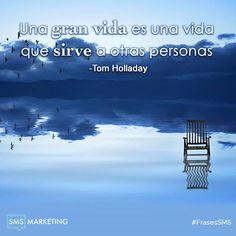 Una gran vida es una vida que sirve a otras personas. - Tom Holladay #FrasesSMS