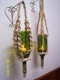 candelabros con botellas de vidrio