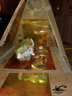 Piramide binnenkant met sarcofaag van eierdoos en nummie van ijzerdraad en gaasverband