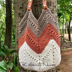 NEW VIDEO CLASSROOM ? Hazelnut bag The bag you asked for ! Access the – Knitting patterns, knitting designs, knitting for beginners. Crochet Beach Bags, Free Crochet Bag, Crochet Market Bag, Crochet Tote, Crochet Handbags, Crochet Purses, Knit Crochet, Granny Square Bag, Crochet Shoulder Bags