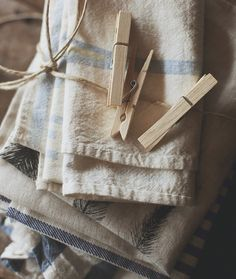 Linen cloths tied up with a string! I love linen! I want all the cloth items in my home to be made of linen! Looks Country, Country Blue, Country Charm, Country Style, What A Nice Day, Vintage Laundry, Linens And Lace, Blog Deco, Natural Linen