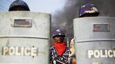 Policiais chegam para garantir a segurança em meio a distúrbios entre budistas e mulçumanos em Meikhtila, em Mianmar - Soe Zeya Tun