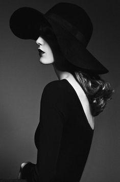 eleganza, grande semplicità. bella la parte del volto nascosta #FashionPhotography