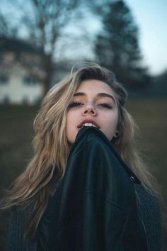 Pin by wasted by fashion on posing ideas for photos portrait Elizabeth Wheeland, Kreative Portraits, Poses Photo, Cv Design, Girl Photography, Photography Ideas For Teens, Belle Photo, Pretty People, Hair Styles