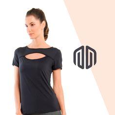 A Camiseta Triumph possui um decote oval que oferece um visual  diferenciado.  BeAlekta   eb79548c90310