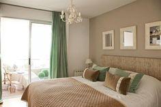 Dormitorio romántico en tonos marrón y verde agua en un departamento chico en San Fernando. Dream Bedroom, Home Bedroom, Bedroom Decor, Bedrooms, Teen Room Decor, Bed Wall, Home Decor Furniture, Cozy House, Decoration