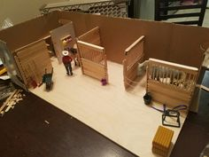 This Model horse stable is made from popciscle sticks and cardboard and it is so amazing! Toy Horse Stable, Schleich Horses Stable, Horse Stalls, Horse Barns, Breyer Horses, Horse Tack, Diy Horse Toys, Horse Crafts, Mini Barn