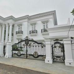 Home Design Ideas House Main Gates Design, Iron Gate Design, Fence Design, Classic House Design, Modern House Design, Classic Fence, Modern Classic, Modern Mansion, Facade House