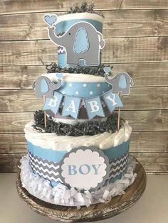 This popular elephant theme diaper cake is the PERFECT decoration … Dieser beliebte Elefantenthema Windeltorte ist die PERFEKTE Dekoration … - Baby Shower Decor Regalo Baby Shower, Baby Shower Diapers, Baby Shower Cakes, Diaper Shower, Elephant Baby Shower Centerpieces, Diy Baby Shower Decorations, Elephant Decorations, Centerpiece Decorations, Diaper Cake Centerpieces