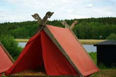 Wanting to make one of these tents. I really like the idea of using colored fabric. Viking Bed, Viking Camp, Viking House, Viking Life, Tent Camping, Glamping, Camping Ideas, House Tent, Forest Camp