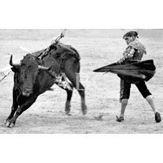 LA CORRIDA DE BENEFICENCIA. BELMONTE EN LA FAENA DE SU PRIMER TORO: 01/05/1916Descarga y compra fotografías históricas en | abcfoto.abc.es