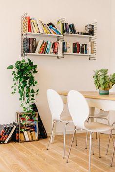 Wohn- und Esszimmer-Inspiration: Heller Boden, Tisch mit weißen Stühlen und Bücherregal als Farbtupfer im Raum. Wohnung in Berlin. #apartment #Wohnzimmer