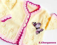Pull en tricot bébé,  Ce pull tricoté à la main de bébé fait de laine de qualité, antibactérien bébé - 40 % laine, 40 % acrylique, 20 % de bambou. Il fait au crochet de décoration - Caterpillar. Le tricotage est fin et doux au toucher et douce sur la peau de bébé. Le pull boutonnage au dos avec boutons de nacre naturelle. Vous pouvez être tranquille pour votre bebe-il serait parfait dans cette robe! La combinaison de ces trois fibres rend la robe au chaud, doux, souple et anti-allergique…