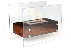 Na Mauna (55 cm de largura x 29 cm de profundidade x 42 cm de altura), a etanol, o charme é a base de madeira com proteção de vidro. Aquece 20 m² com o recipiente de 1,5 litro. Por 1 740 reais no Empório do Lazer.