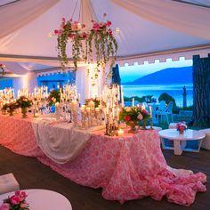 tavolo scenografico decorato con candele, cancellieri e fiori colorati