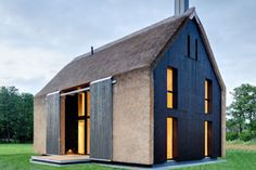 Buildings That Know How To Make A Thatched Roof Look Modern Architecture Durable, Residential Architecture, Interior Architecture, Thatched House, Thatched Roof, Contemporary Barn, Contemporary Architecture, Casa Bunker, Modern Barn House