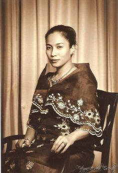 "Lady wearing an old school Filipino Dress called ""Maria Clara"" Philippines Fashion, Philippines Culture, Philippines Country, Manila Philippines, Maria Clara Dress Philippines, Filipiniana Dress, Filipino Fashion, Filipino Culture, Filipina Beauty"