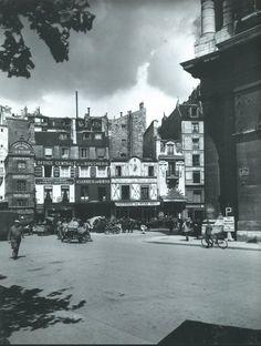 La rue du Jour, vue de la rue Rambuteau, vers 1942, au coeur du quartier des Halles. La rangée de belles façades est toujours là, c'est presque incroyable, sans les publicités néanmoins...