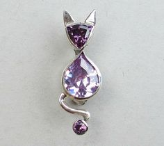 Zilveren katten broche, Kat-broche in lila + paars van Jewellery by Zilvera - silver, stones and fun op DaWanda.com  http://nl.dawanda.com/product/60196995-Silberne-Katzenbrosche-Unikat-Brosche-Katze