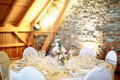 tischdeko-vintage-vasen-hochzeit-inspiration-laendlich-natur-gut-thurnsberg-muenchen-bayern