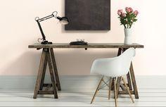 Bureau à l'ancienne : 2 tréteaux, 1 planche, une lampe déco industrielle. Et pour moderniser le tout : une chaise eames et une peinture rose poudré au mur