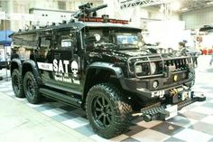 The Japanese Special Assault Team. holy cow is that a mini gun on your pimped out hummer? Zombie Vehicle, Bug Out Vehicle, Hummer Cars, Hummer H1, Army Vehicles, Armored Vehicles, Cool Trucks, Big Trucks, Armored Truck