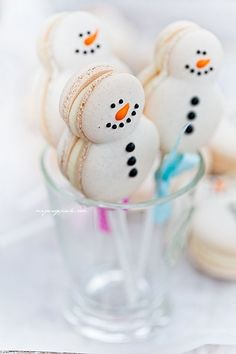Snowman macarons (link does not lead to a recipe). Noel Christmas, Christmas Goodies, Christmas Desserts, Christmas Treats, Christmas Baking, Holiday Treats, Macarons Christmas, Cakepops, Cupcakes