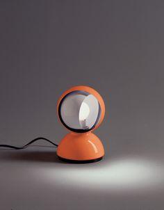 Eclisse di Vico Magistretti 1967 Arancione  Lampada da tavolo disegnata da Vico Magistretti nel 1967 di metallo verniciato e installabile anche a parete. Puo montare sia lampadina ad incandescenza che alogena ECO. Colore Arancione