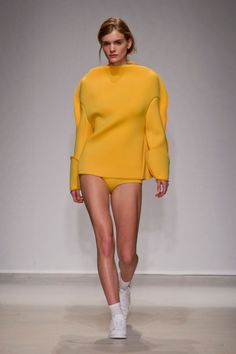 See the entire collection from the Jacquemus Fall 2014 Ready-to-Wear runway show. I Love Fashion, Fashion Show, Womens Fashion, Fashion Design, Fashion Trends, French Fashion, Ladies Fashion, Mustard Fashion, Autumn Winter Fashion