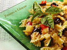 L'insalata di pasta con verdure grigliate, formaggio e olive nere è un primo piatto tipicamente estivo che va consumato freddo.