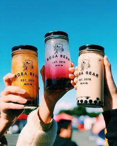 Trong hình ảnh có thể có: một hoặc nhiều người Bubble Tea Shop, Bubble Milk Tea, Fun Drinks, Yummy Drinks, Bear Drink, Cute Water Bottles, Starbucks Drinks, Aesthetic Food, Tea Recipes