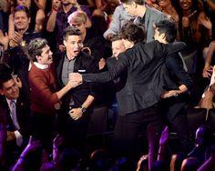 """Los chicos de One Direction festejan al enterarse que ganaron por su video """"What Makes You Beautiful"""", en los MTV Video Music Awards 2012."""