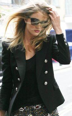 ロージー・ハンティントン=ホワイトリー - きりりと黒のジャケットにパンツスタイルでロンドンのSoHOホテルにて | CELEB SNAP