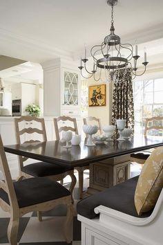 Salle à manger familiale et traditionnelle au design classique et joli luminaire en fer forgé
